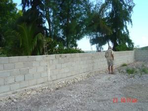 Motion - Photos du mur autour de l école, afin d éviter aux cabris de détériorer l'école !