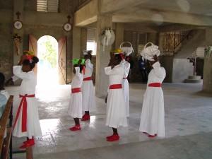 Motion - Offrandes en costume, dans la cathédrale du Môle